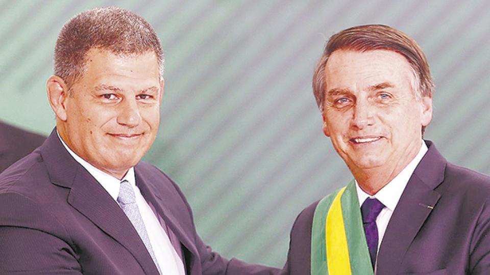 Un ministro de Bolsonaro baila en la cuerda floja